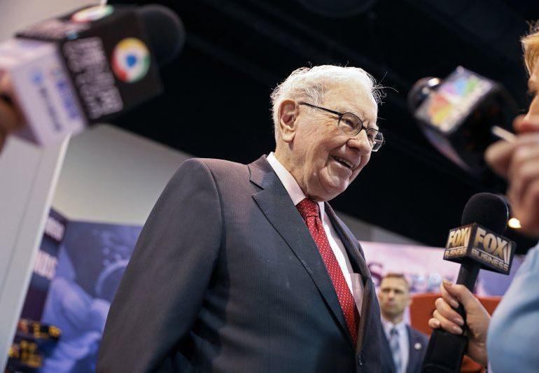 Buffett's Berkshire reveals big stakes in Verizon, Chevron