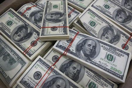 Dollar Retains Strength as U.S. Economy Outperforms